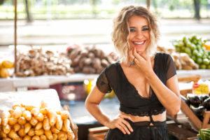 Julia Vargas fecha turnê de Pop Banana no Theatro NET Rio